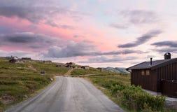 Hutten in landschap van Noorwegen tijdens zonsondergang royalty-vrije stock fotografie
