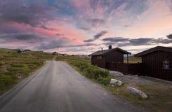 Hutten in landschap van Noorwegen tijdens zonsondergang royalty-vrije stock foto