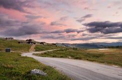Hutten in landschap van Noorwegen tijdens zonsondergang royalty-vrije stock afbeelding