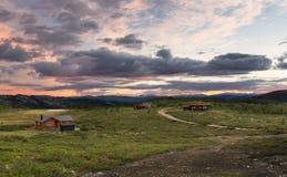 Hutten in landschap van Noorwegen tijdens zonsondergang royalty-vrije stock afbeeldingen