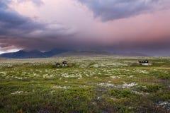 Hutten in landschap van Noorwegen tijdens zonsondergang stock foto's