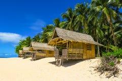 Hutten op het Strand van het Paradijseiland Stock Foto