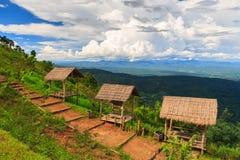 Hutten op heuvel met mooi landschap Stock Foto's