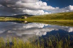 Hutten op meer in landschap van Noorwegen royalty-vrije stock afbeeldingen