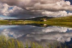 Hutten op meer in landschap van Noorwegen royalty-vrije stock fotografie