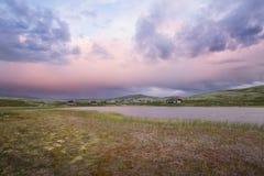 Hutten op meer in landschap van Noorwegen tijdens zonsondergang royalty-vrije stock foto