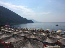 Hutten op Strand in Montenegro stock foto's