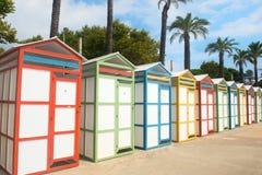 Hutten van het rij de kleurrijke strand Stock Fotografie