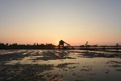Hutten van het het Silhouet de Zuidoostaziatische moerasland van fotobacklight stock afbeelding