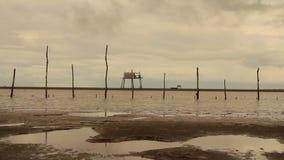 Hutten van vissers op zee stock videobeelden