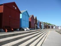 Huttes anglaises colorées de plage Photos stock