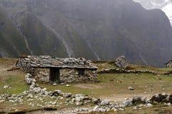 Huttes antiques faites de pierres au Népal, contre le contexte des montagnes de l'Himalaya images libres de droits