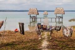 Huttes au lac Peten Itza, Guatema photographie stock