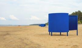 Huttes bleues de plage Photographie stock libre de droits