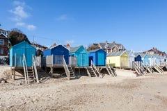 Huttes coloré peintes de plage Photographie stock libre de droits