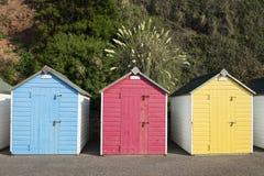 Huttes colorées de plage chez Seaton, Devon, R-U. Photo libre de droits