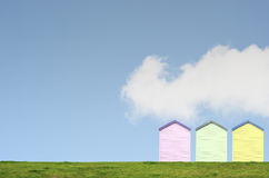 Huttes colorées de plage sur le ciel bleu Photo stock