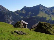 Huttes d'Alpes dans les montagnes de Raetikon Image stock