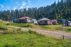 Huttes dans le village de Bakhmaro, un de la recherche de montagne la plus belle Photos stock