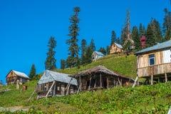 Huttes dans le village de Bakhmaro, un de la recherche de montagne la plus belle Photographie stock