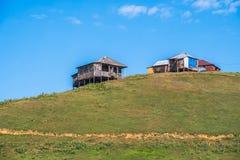 Huttes dans le village de Bakhmaro, un de la recherche de montagne la plus belle Photo libre de droits