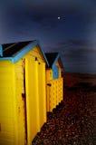 Huttes de plage BRITANNIQUES dans le clair de lune photos libres de droits