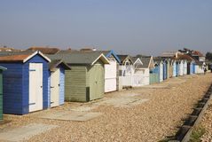 Huttes de plage chez Ferring. Le Sussex. LE R-U images libres de droits
