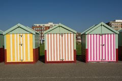 Huttes de plage chez Hove, le Sussex, Angleterre image stock