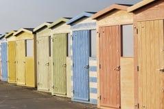 Huttes de plage chez Seaford. Le Sussex est. LE R-U images libres de droits
