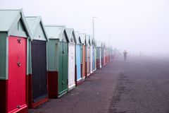Huttes de plage, matin brumeux de plage de Brighton images stock