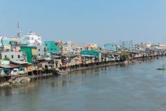 Huttes de quartier défavorisé sur des échasses à la rive en Ho Chi Minh photo libre de droits