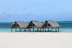 Huttes de toit couvert de chaume sur la plage de paradis images libres de droits