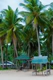 Huttes en bambou de petit Nipa sur la plage sous la paume photographie stock