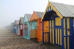 Huttes en bois colorées de plage le jour brumeux Photos stock