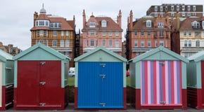 Huttes en bois colorées de plage sur le bord de mer dans soulevé, le Sussex, R-U photographie stock libre de droits