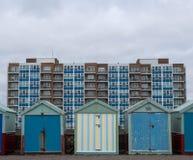 Huttes en bois colorées de plage sur le bord de mer dans soulevé, le Sussex, R-U photo libre de droits