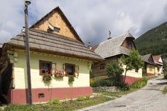 Huttes en bois de montagnes dans le beau village traditionnel de Vlkolinec en Slovaquie image libre de droits