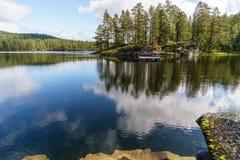Huttes en bois sur le rivage d'un fjord dans un petit village Flam Norvège Photos libres de droits