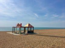 Huttes en pastel de plage sur une plage britannique Photo libre de droits