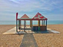 Huttes en pastel de plage sur une plage britannique Photographie stock libre de droits