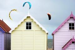 Huttes et cerfs-volants de plage Photographie stock