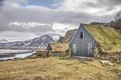 Huttes, montagnes et route islandaises de gazon photo stock
