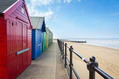 Huttes Norfolk Angleterre de plage de Mundesley image libre de droits
