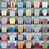 36 huttes rayées de plage, soulevées, le Sussex, R-U Photos libres de droits