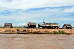 Huttes - sève de Tonle - le Cambodge image libre de droits