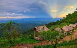 Huttes sur la colline avec le beau paysage Images libres de droits