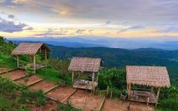 Huttes sur la colline avec le beau paysage Images stock