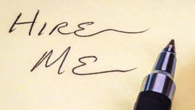 'Huur me' op papier in Royalty-vrije Stock Foto