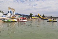 Huur van catamarans en hydrocycles op centraal stadsstrand i royalty-vrije stock afbeeldingen