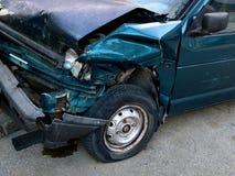 Huv av mörkret - blå bil som kraschas i en olycka, framdel-till-sida sikt royaltyfri fotografi